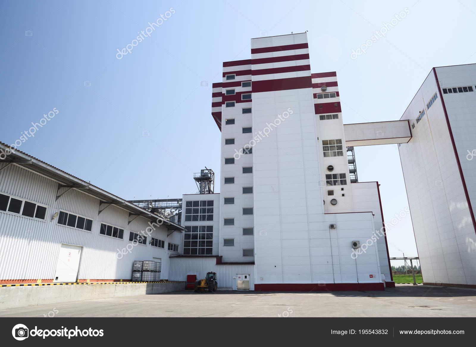 usine d'aliments pour animaux. moderne bâtiment industriel à jour