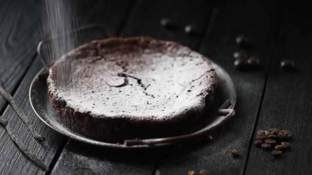 Domácí pečivo. Nalévání třešňový cukr přes čerstvě upečený švédský čokoládový dort kladdkaka na černém pozadí low key