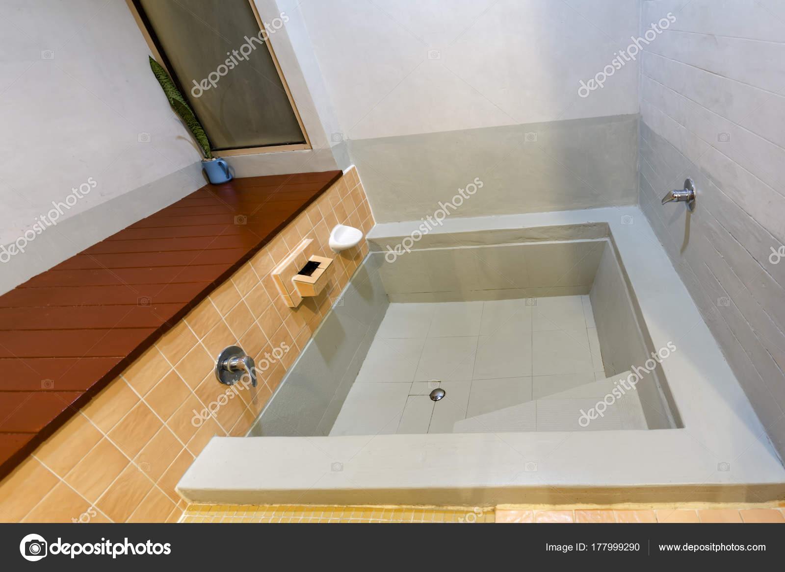 Vasca Da Bagno Kuvet : Turuncu seramik karo döşeme ile banyoda küvet u stok foto