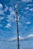 Kommunikationsturm mit blauem Himmel