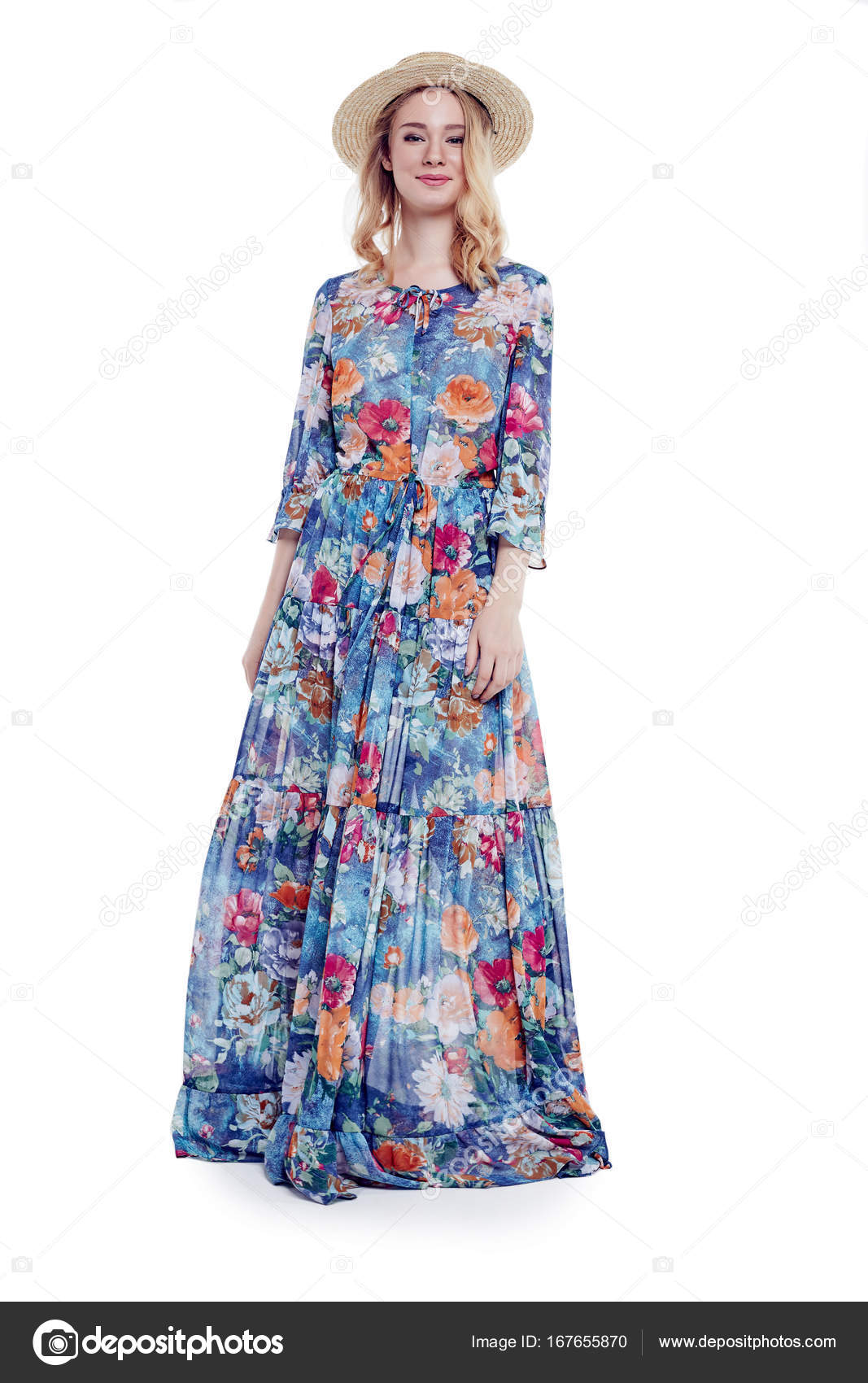 Móda dívka Model slaměný klobouk a dlouhé barevné květinové šaty. Po ... 20971c6ee8