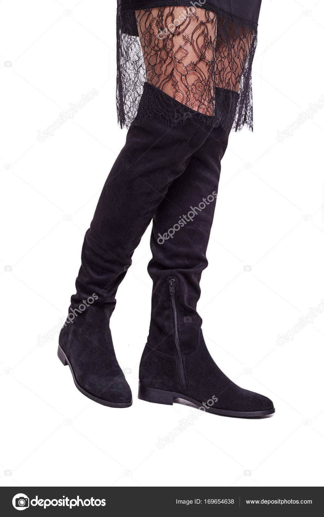 A nők lábát fekete hessian csizma közeli a elszigetelt fehér háttér. Csipke  ruha 73ae371bbf