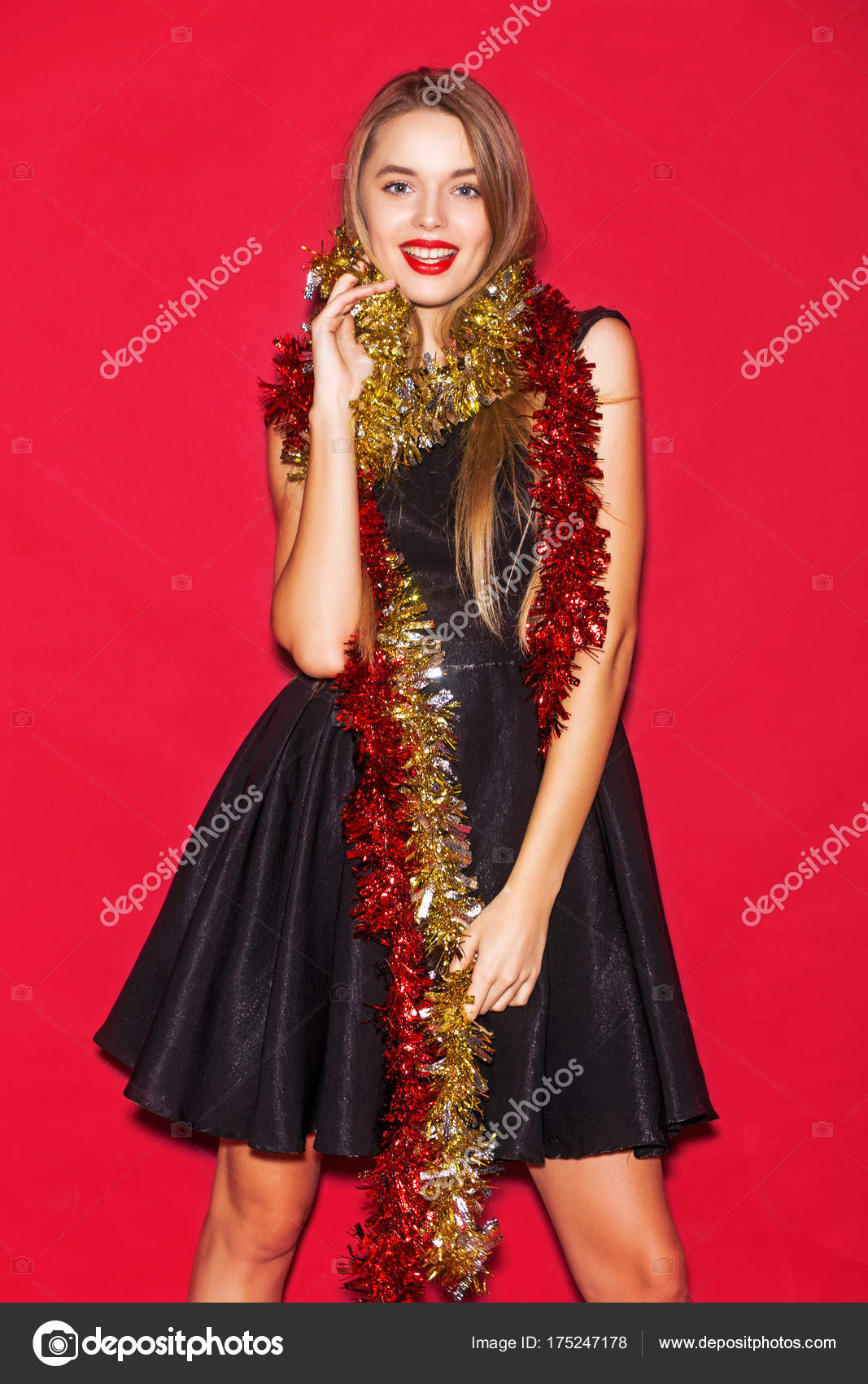904d7ba3c226 Skönhet nya året mode modell flicka med långa raka blont hår i svart  cocktail klänning, vacker make up. Sexig blond ung kvinna porträtt.
