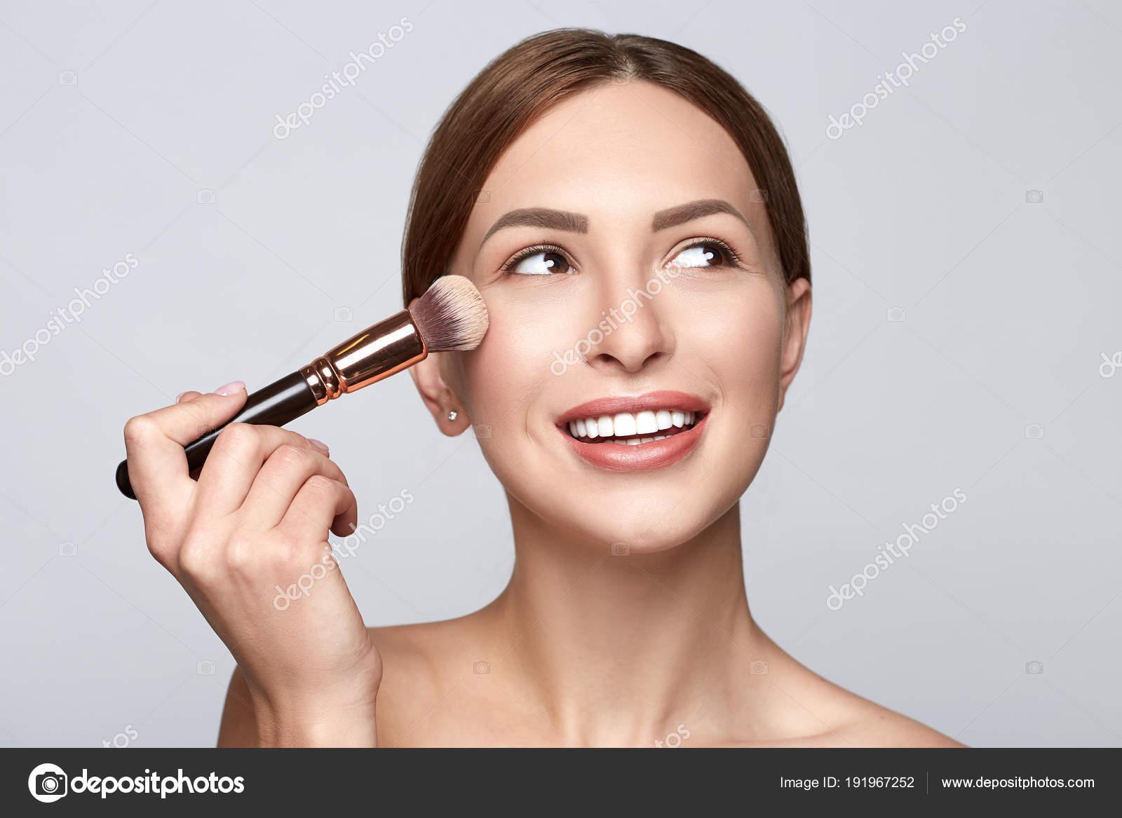 maquillage visage femme