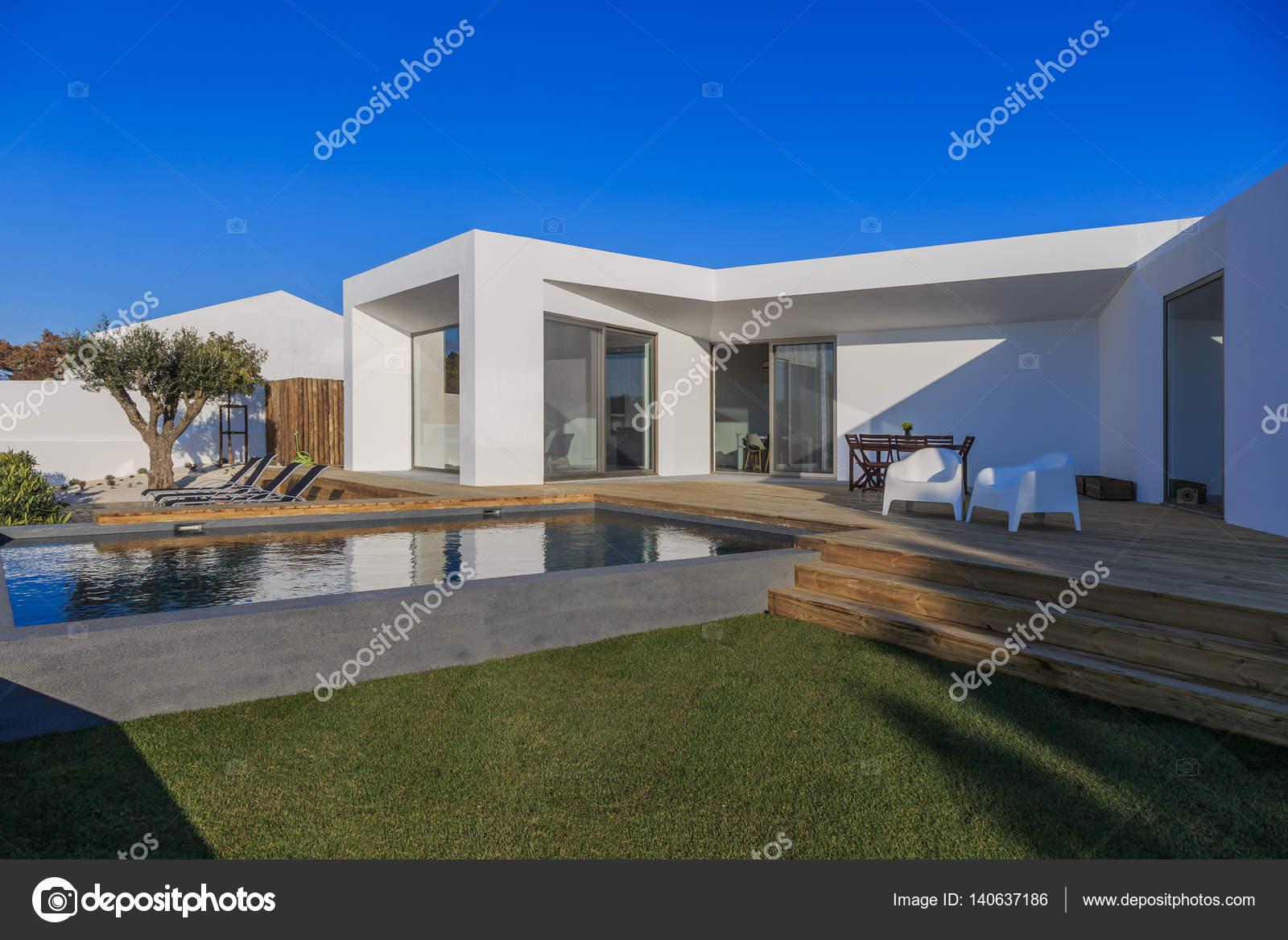 Casa moderna com jardim piscina e deck de madeira for Casa moderna piscina