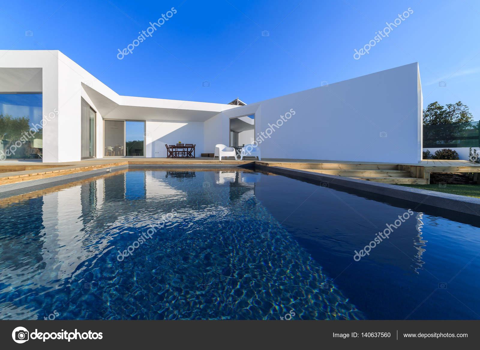 Modernes Haus mit Garten Schwimmbad und Holzdeck — Stockfoto ...