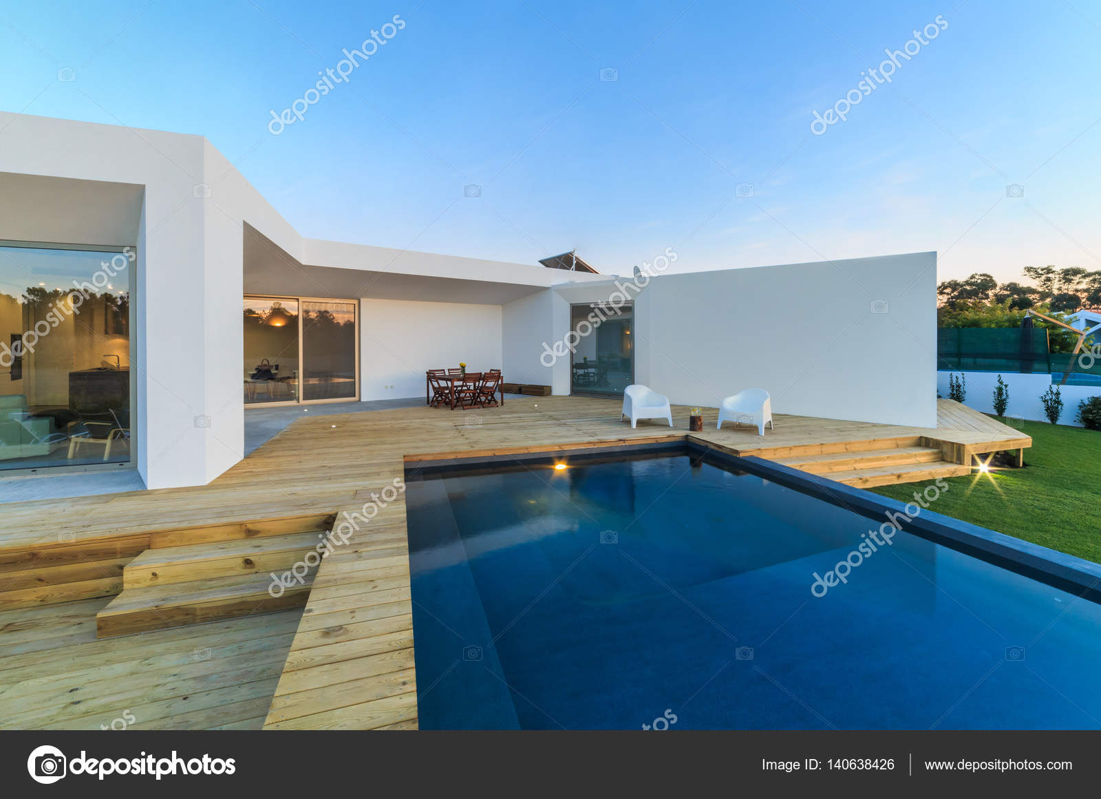 Casa moderna com jardim piscina e deck de madeira stock for Casa moderna piscina
