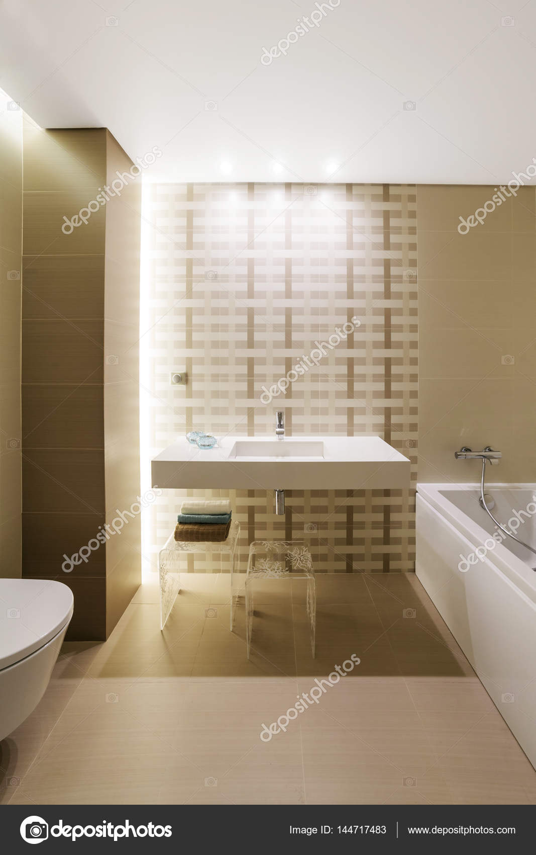 Intérieur de la salle de bains moderne avec peinture pastel ...