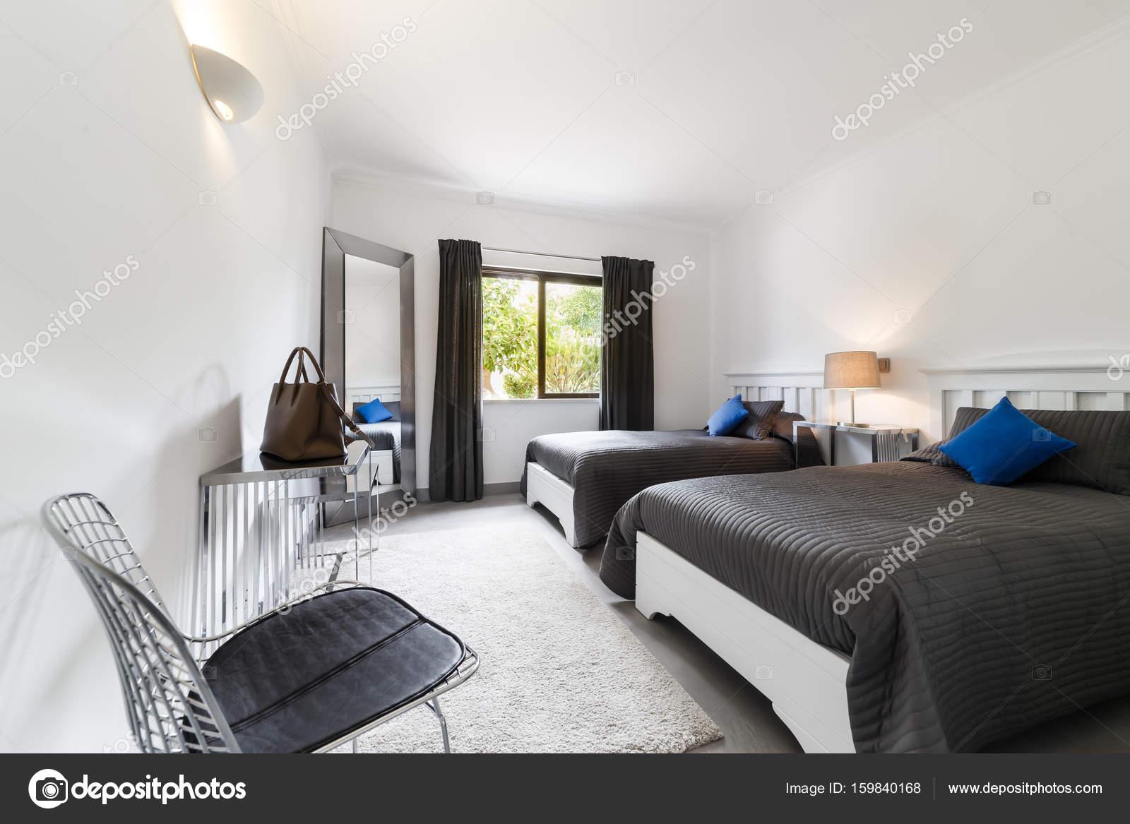 Pavimento Grigio Moderno : Appartamento moderno con pareti bianche e pavimento grigio chiaro