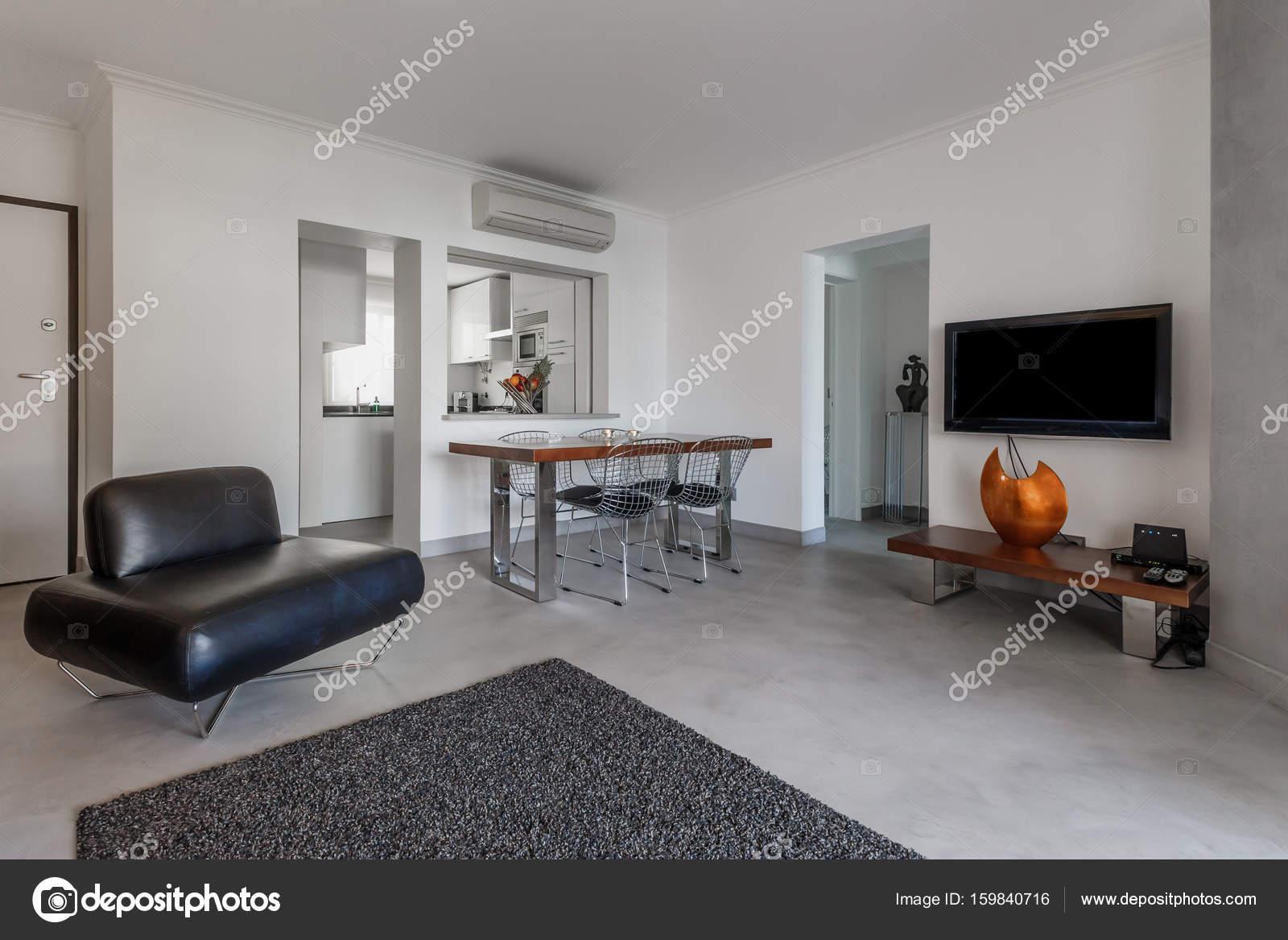 Appartamento moderno con pareti bianche e pavimento grigio chiaro