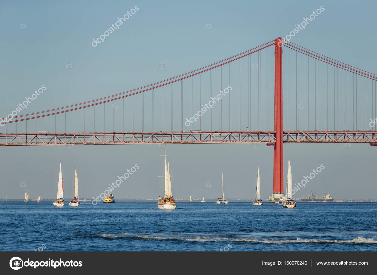 Lissabon Fluss boote im fluss tejo mit brücke in lissabon portugal stockfoto