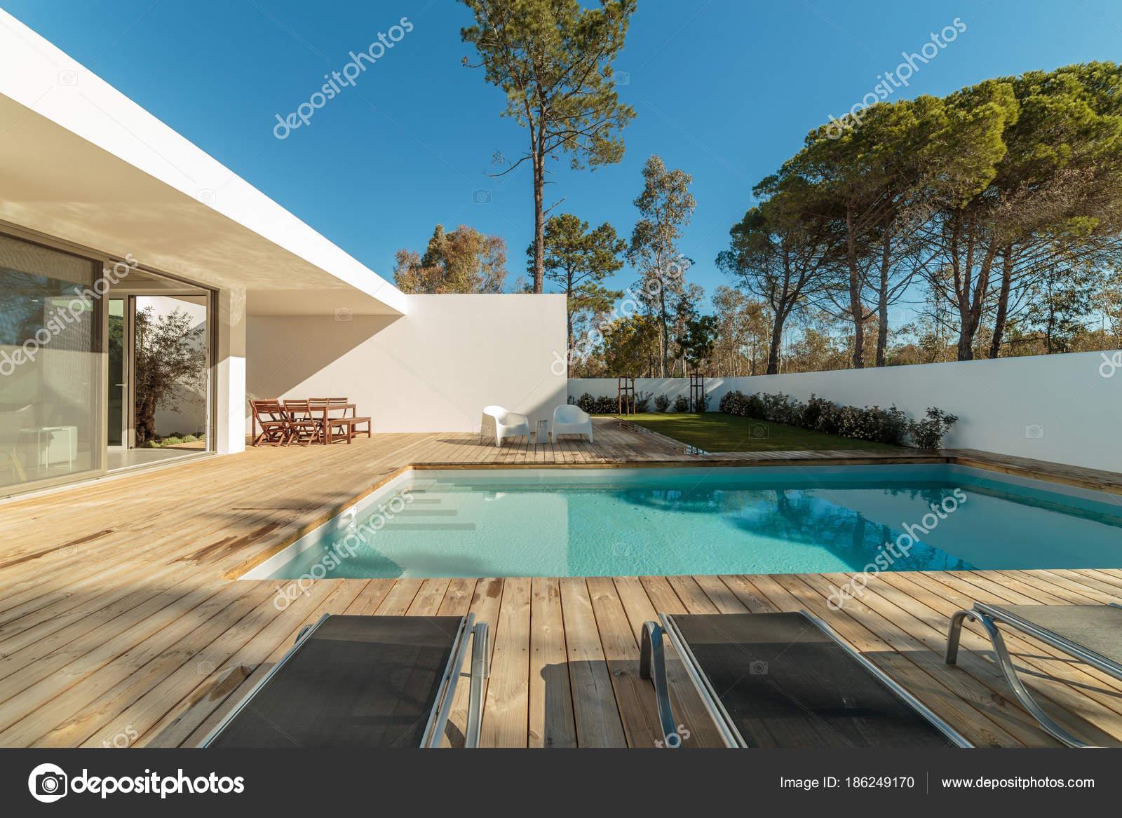 Maison moderne avec jardin piscine et terrasse en bois photographie papandreos 186249170 - Piscine moderne ...