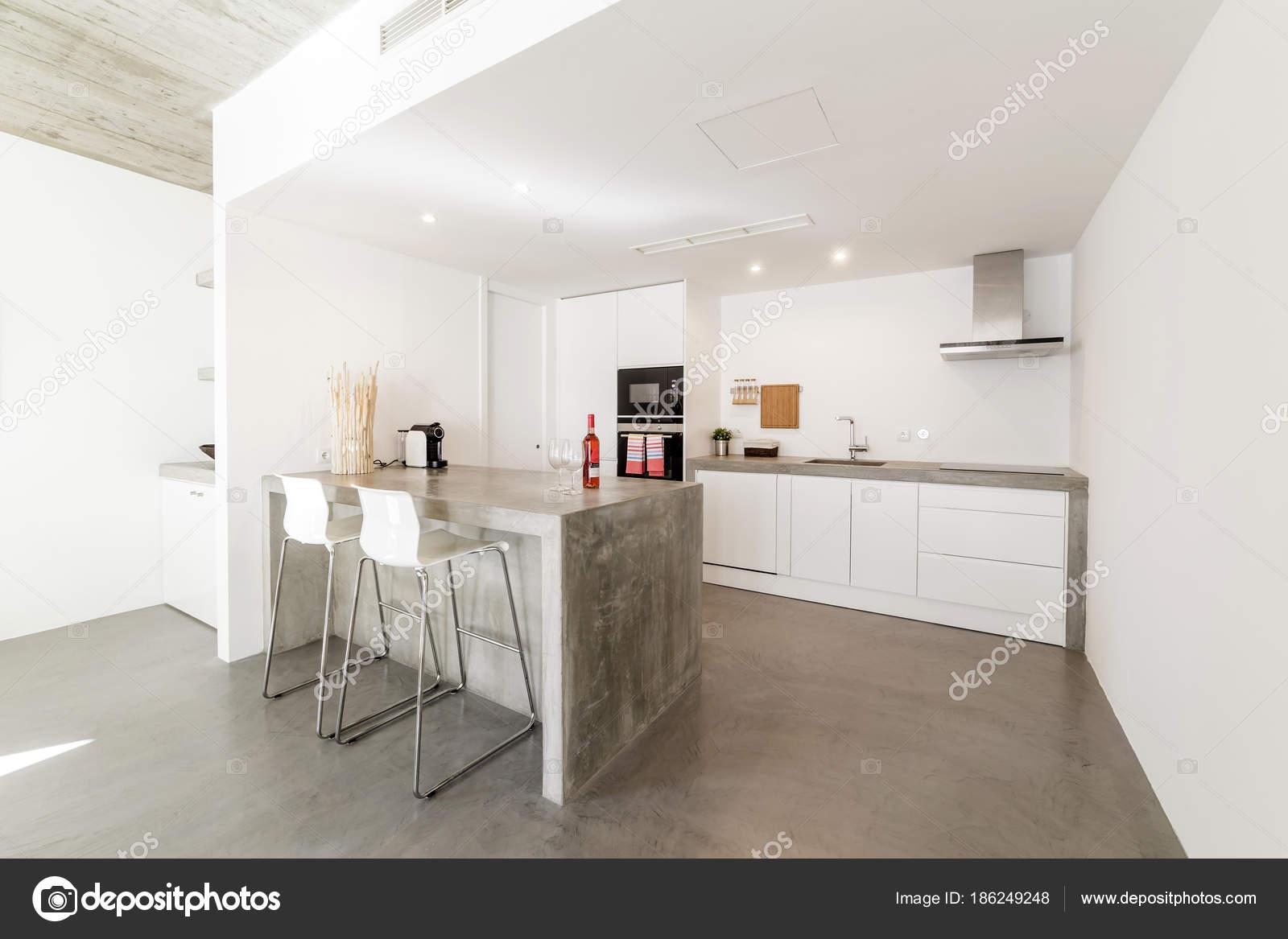 Moderne Keuken Grijs : Moderne keuken met grijze tegelvloer en witte muur u stockfoto