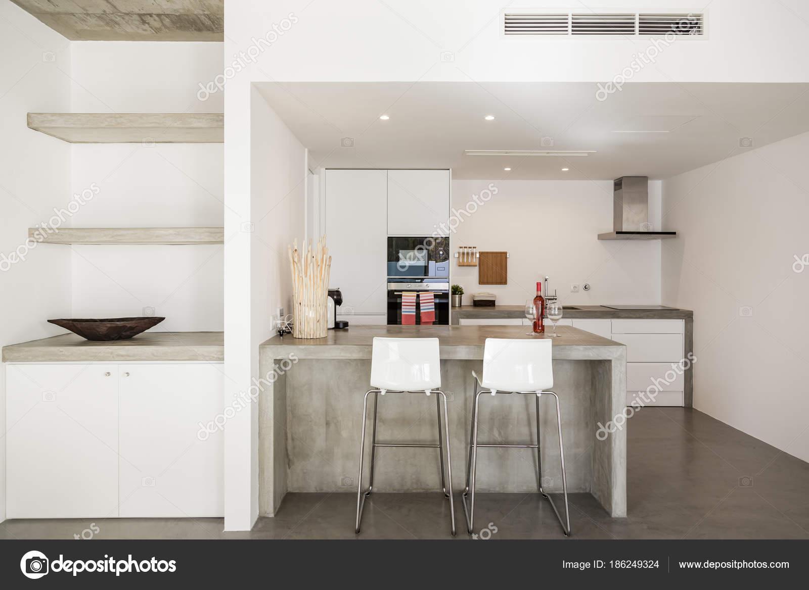 Cuisine moderne avec sol en carrelage gris et blanc mur ...