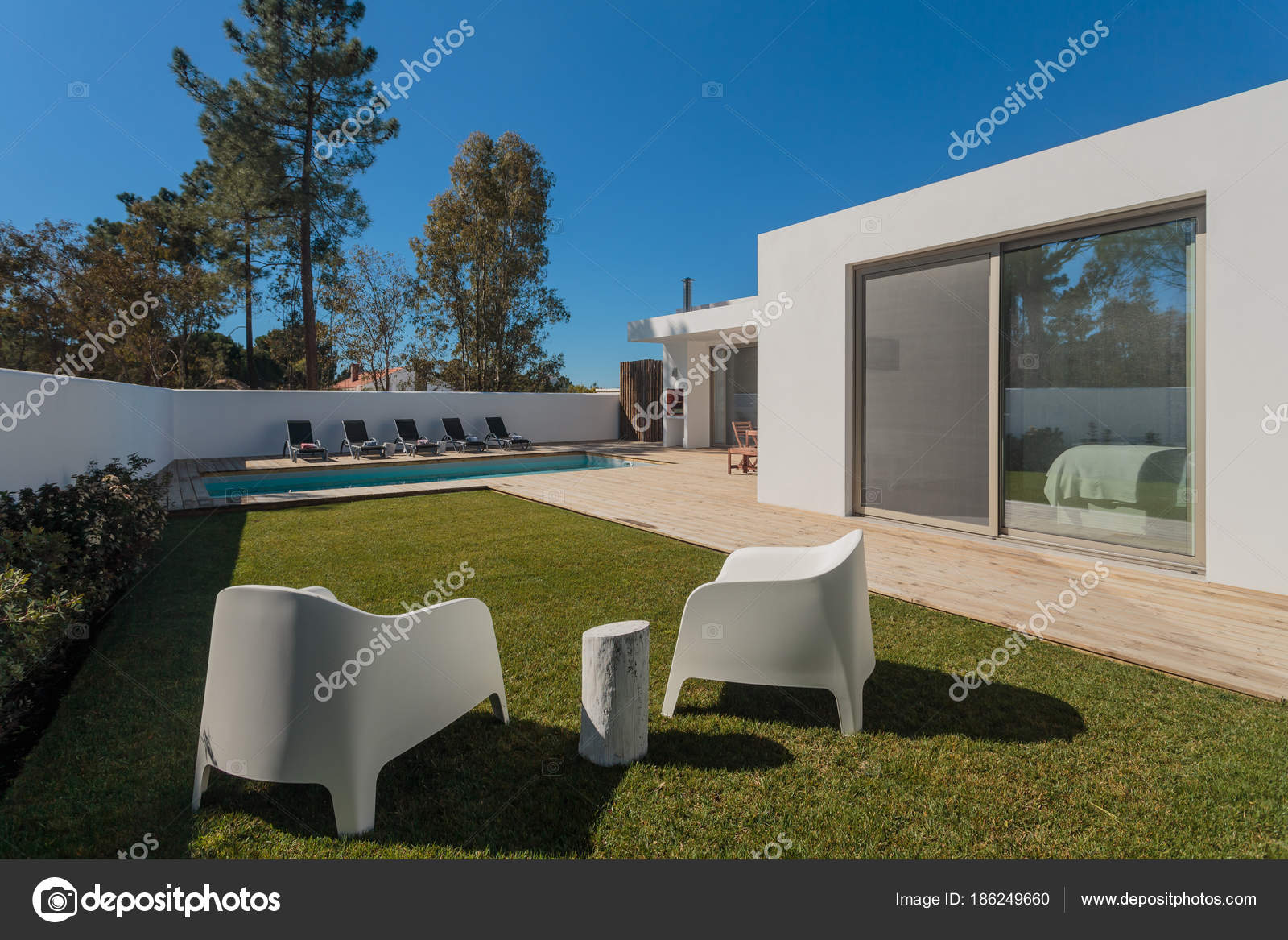 Maison moderne avec jardin piscine et terrasse en bois ...