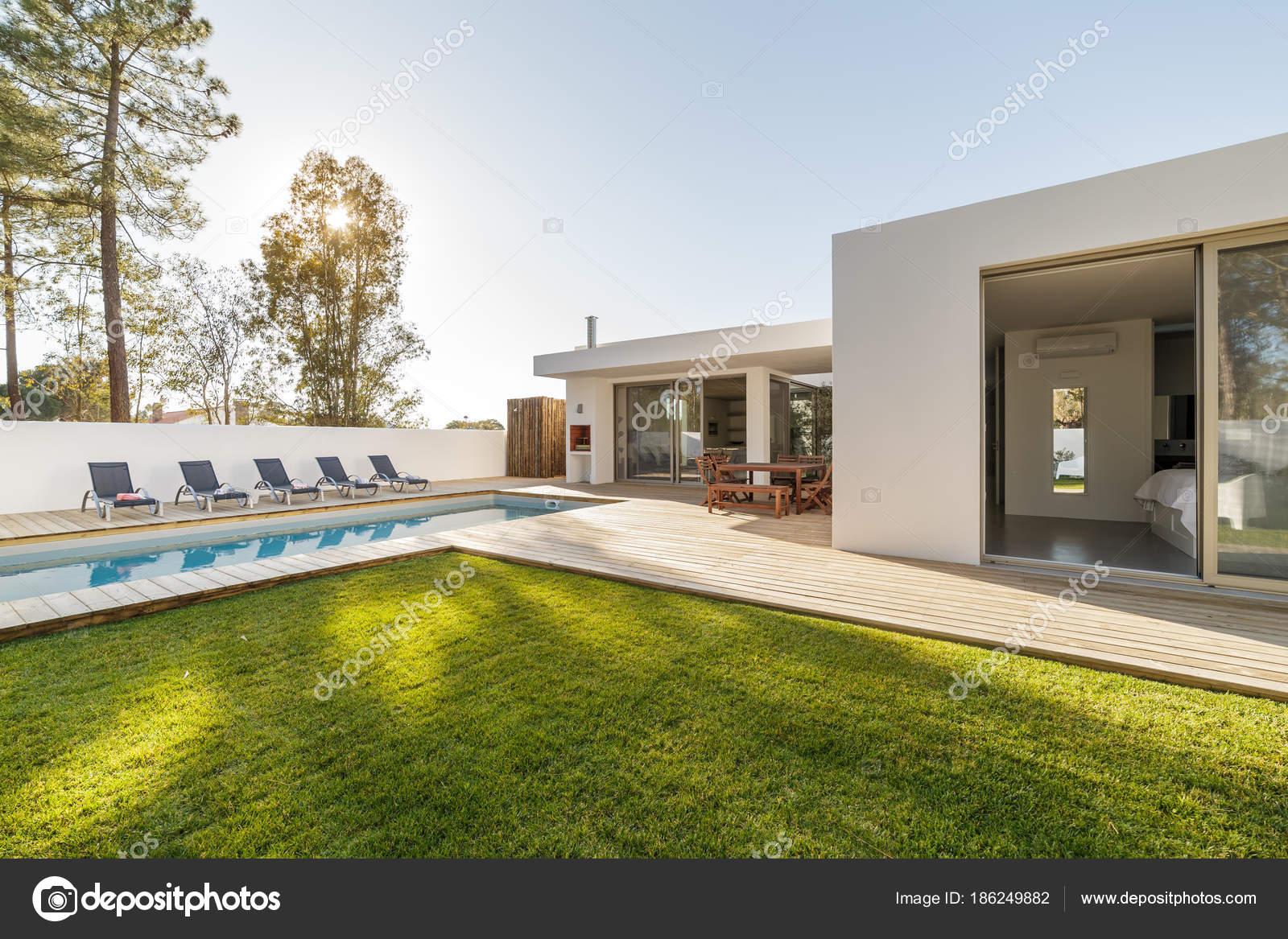 Casa moderna con jard n piscina y deck de madera foto de for Casa moderna blanca con piscina
