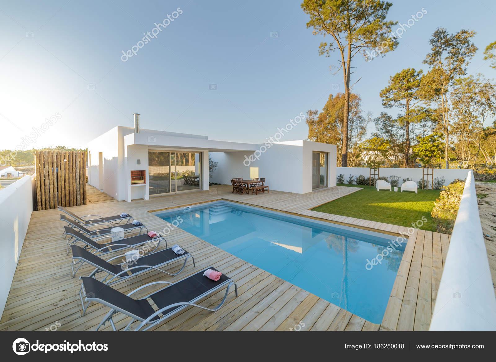Casa moderna com jardim piscina e deck de madeira stock for Case moderne con piscina