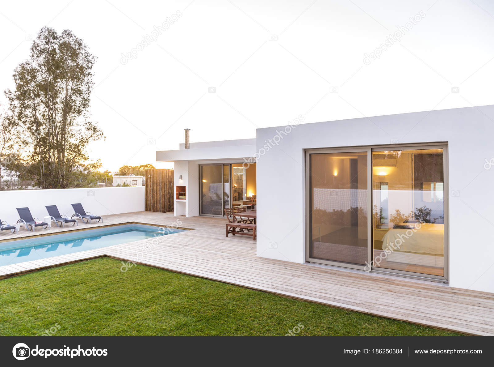 Casa moderna con giardino piscina e solarium in legno for Ville moderne con vetrate
