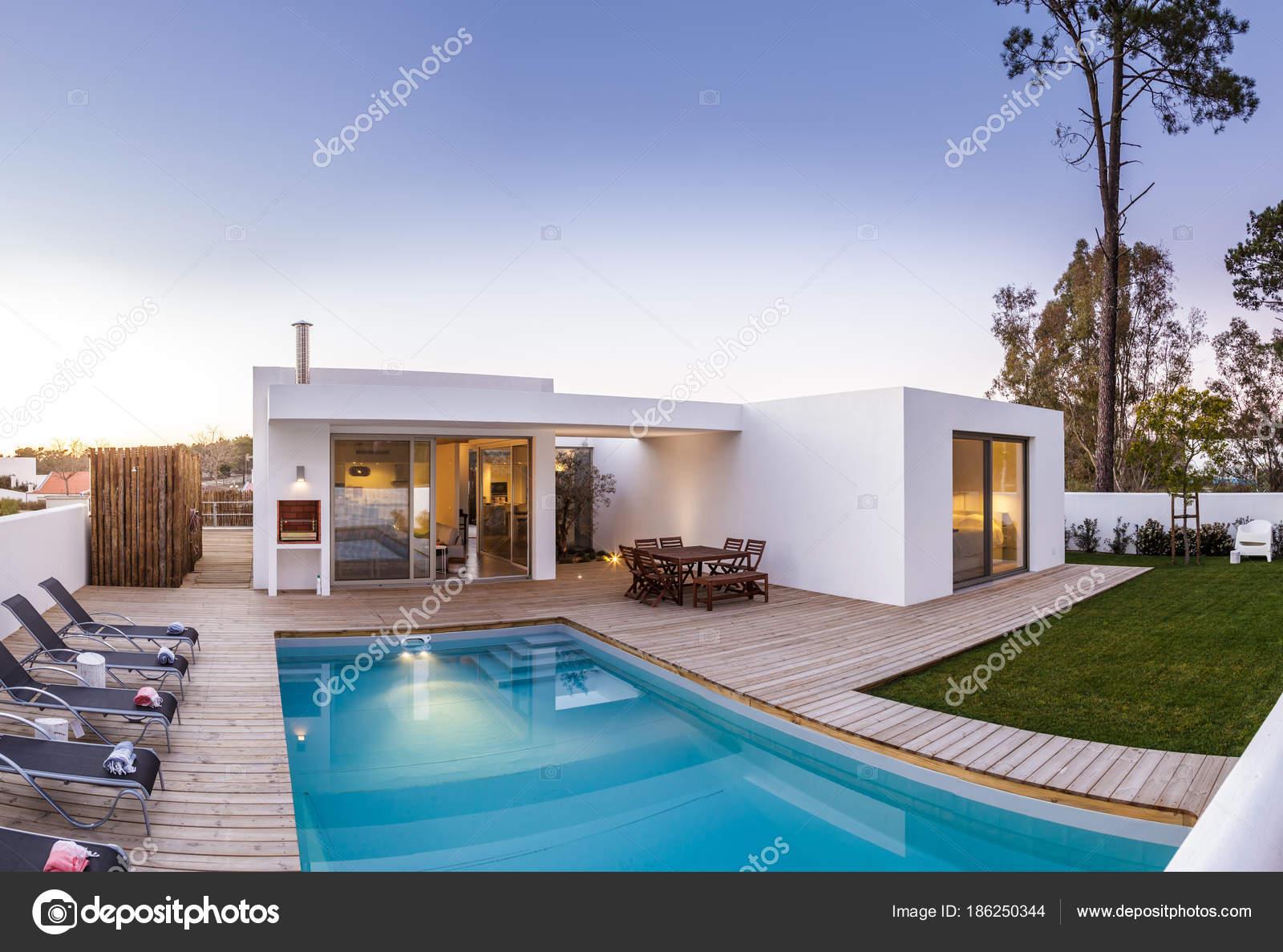 Casa moderna con giardino piscina e solarium in legno for Casa moderna piscina