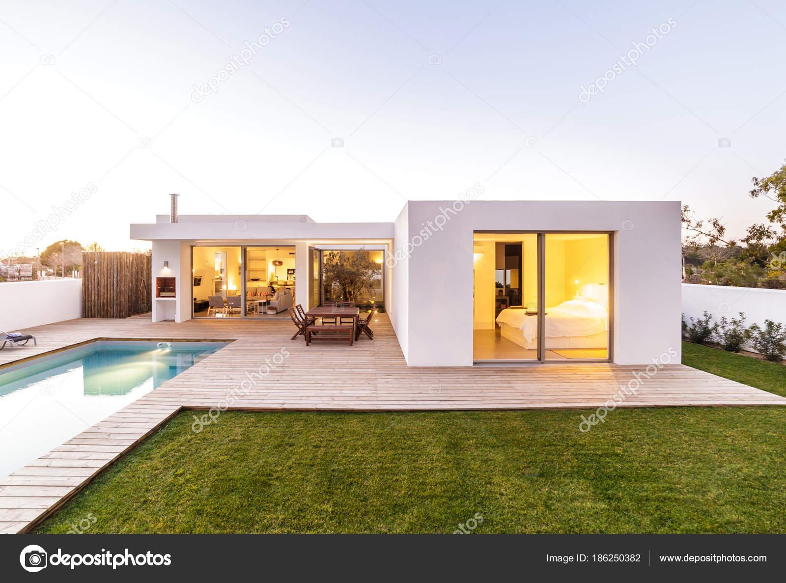 Casa moderna com jardim piscina e deck de madeira for Casa moderna orari