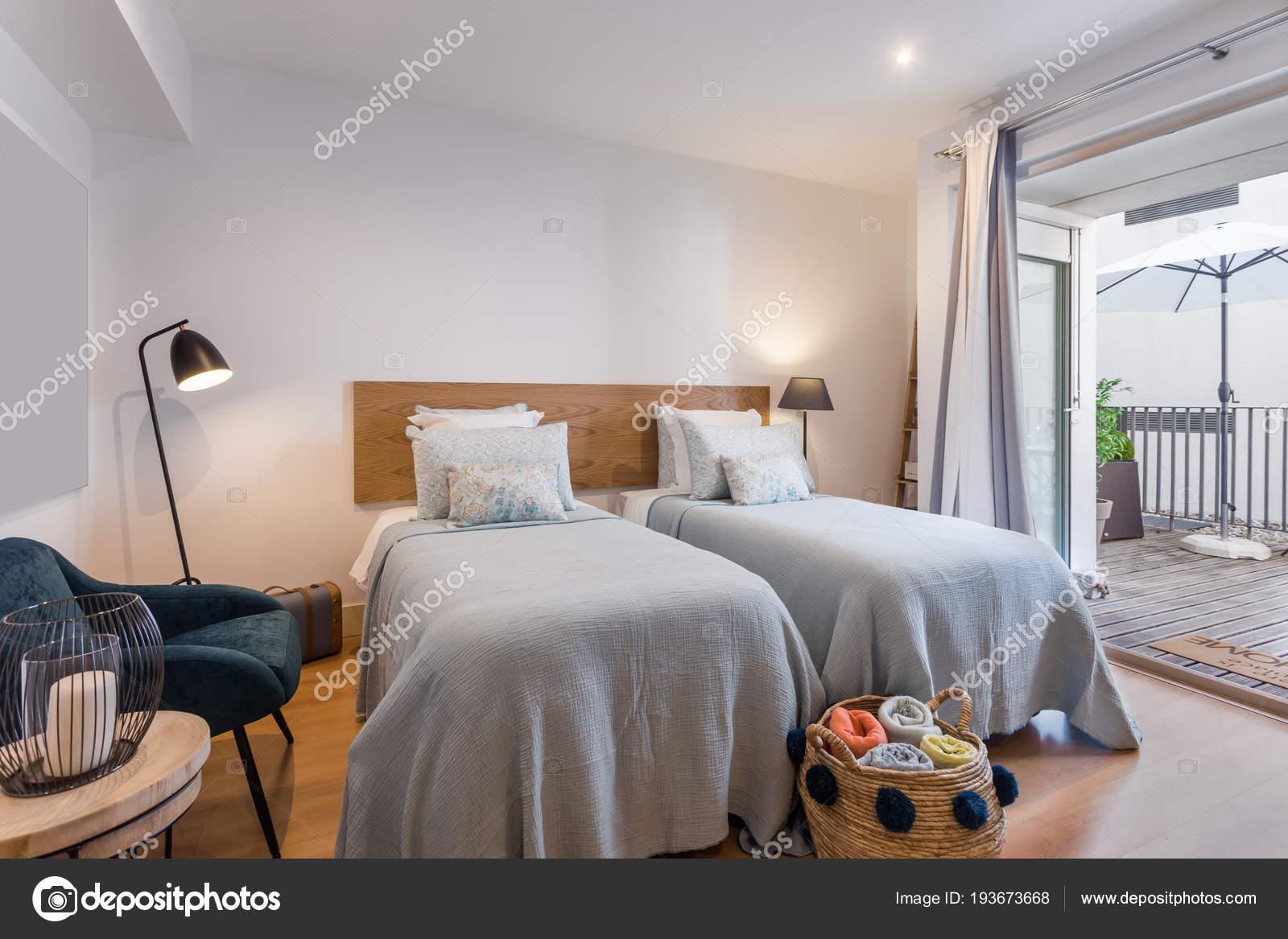 Casa moderna camera da letto singola con piccola cucina ...