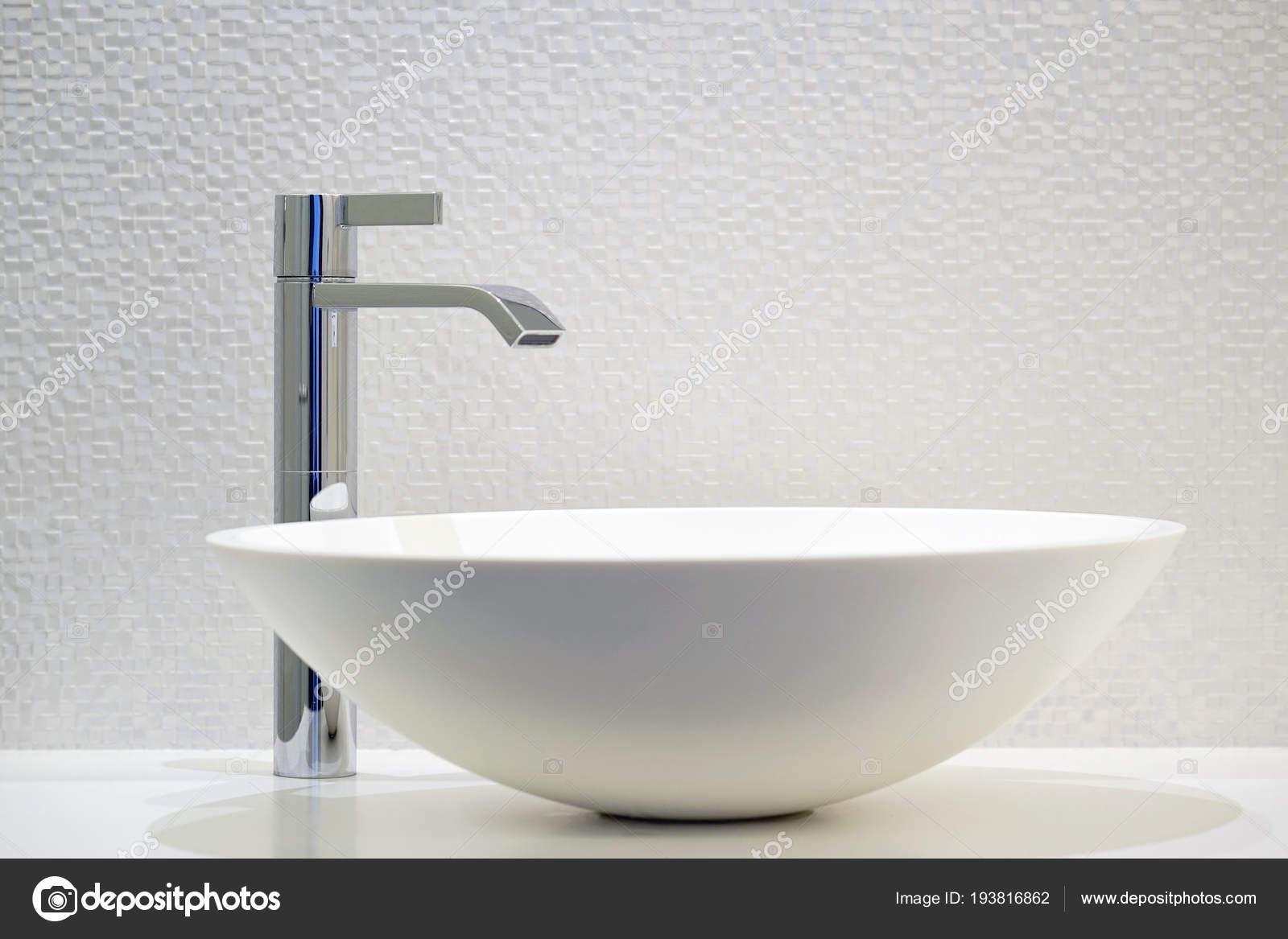 Witte Badkamer Wastafel : Moderne witte badkamer wastafel met kraan u stockfoto