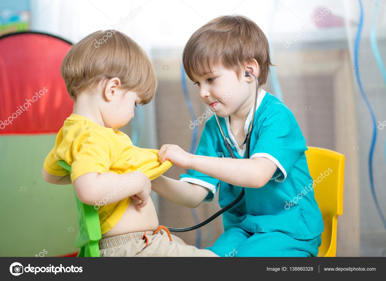 Niños jugar a doctor en la sala de juegos o jardín de la infancia ...