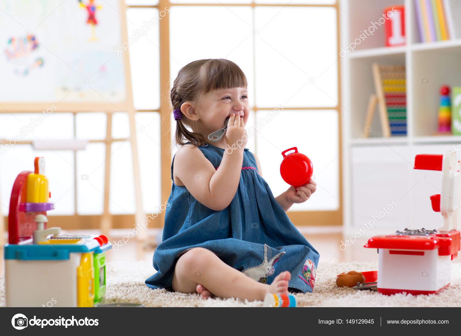 Hübsches Kind Mädchen spielen mit einem Spielzeug-Küche im ...