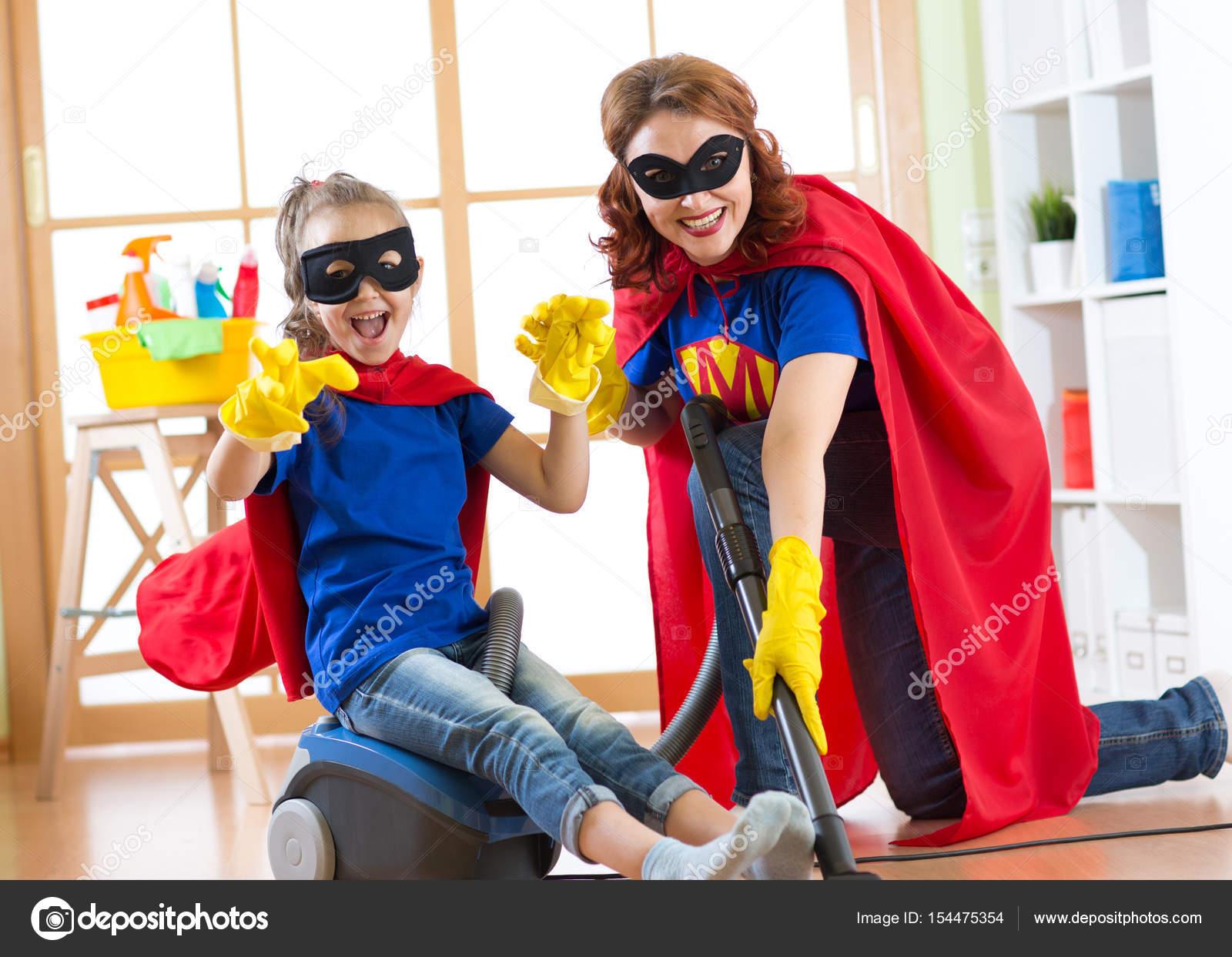 Jongen meisje en haar moeder weared superheld kostuums schattig