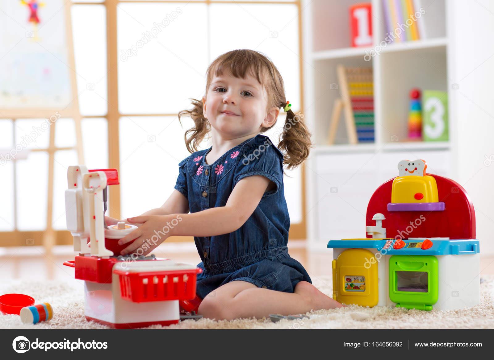 Dziecko W Przedszkolu Z Zabawki Edukacyjne Toddler Dziecko W Pokoju