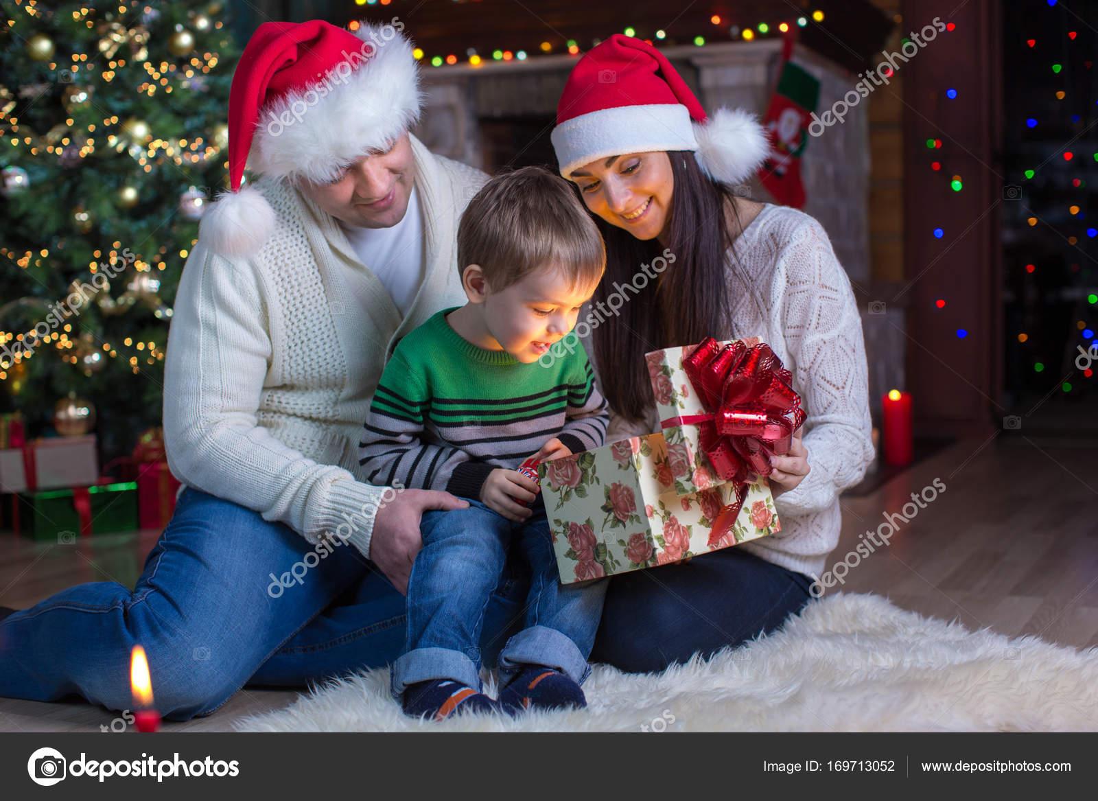 Urlaub, Geschenke, Weihnachten Konzept - glückliche Mutter, Vater ...