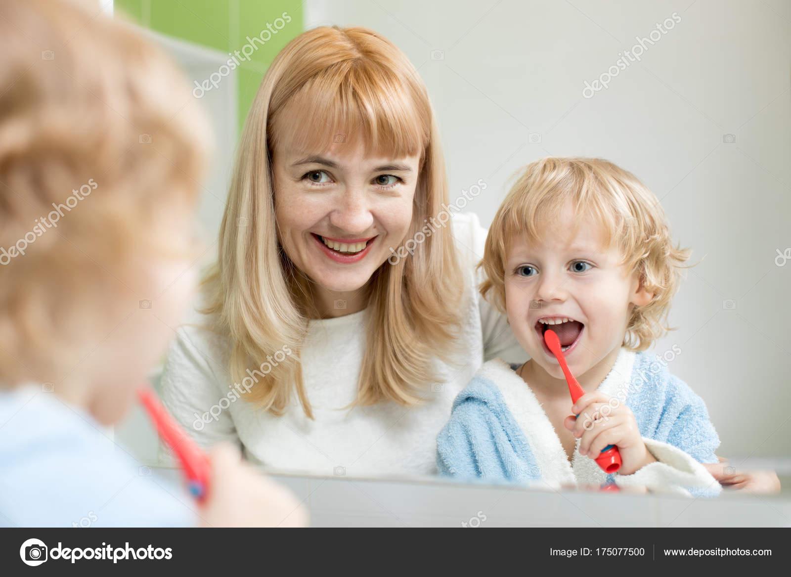 Mutter lehrt Kind Sohn Zähne putzen — Stockfoto © oksun70 #175077500