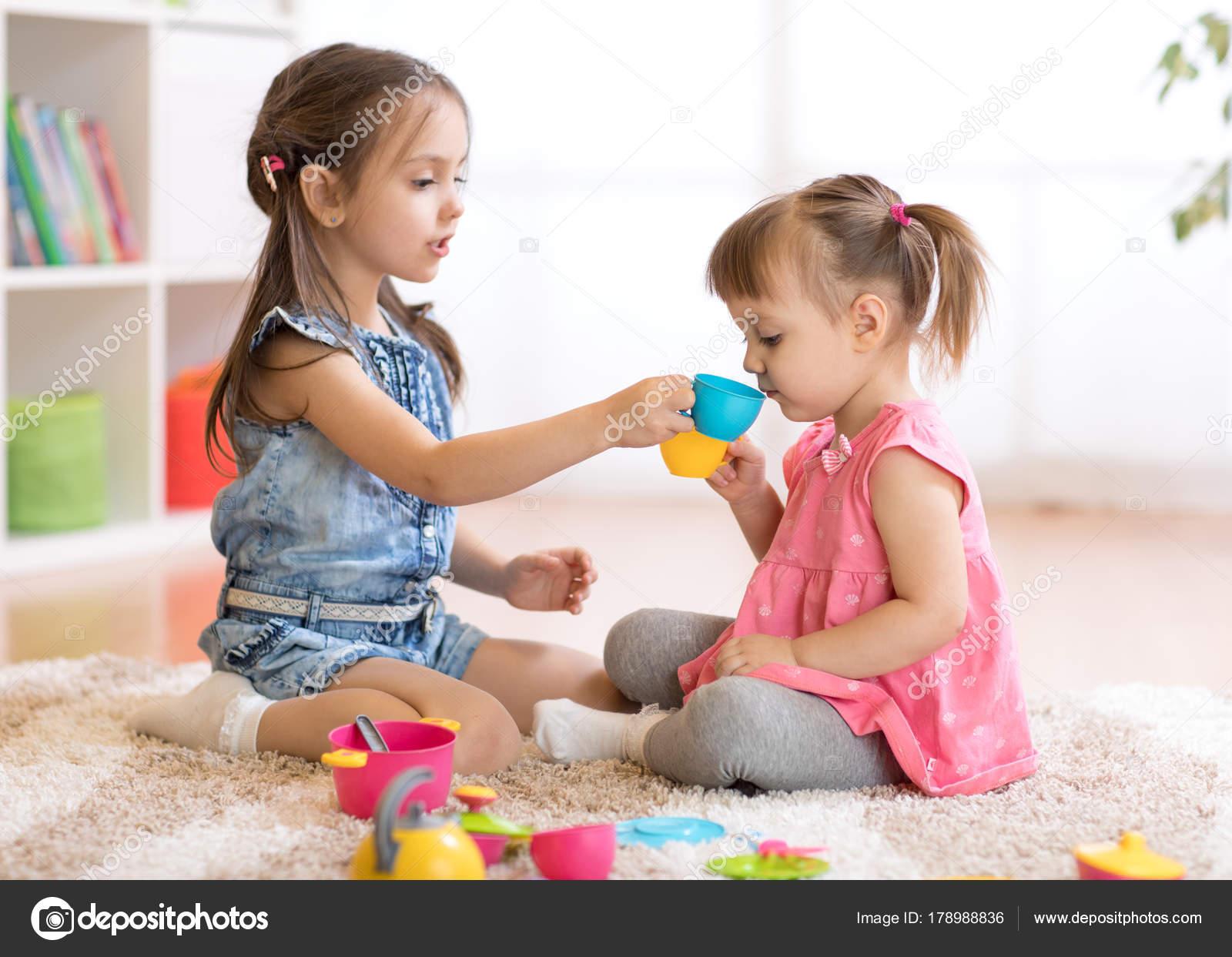 Enfants peu heureux b b mignon et filles enfant jouent avec cuisine jouet en plastique sur le - Cuisine plastique jouet ...