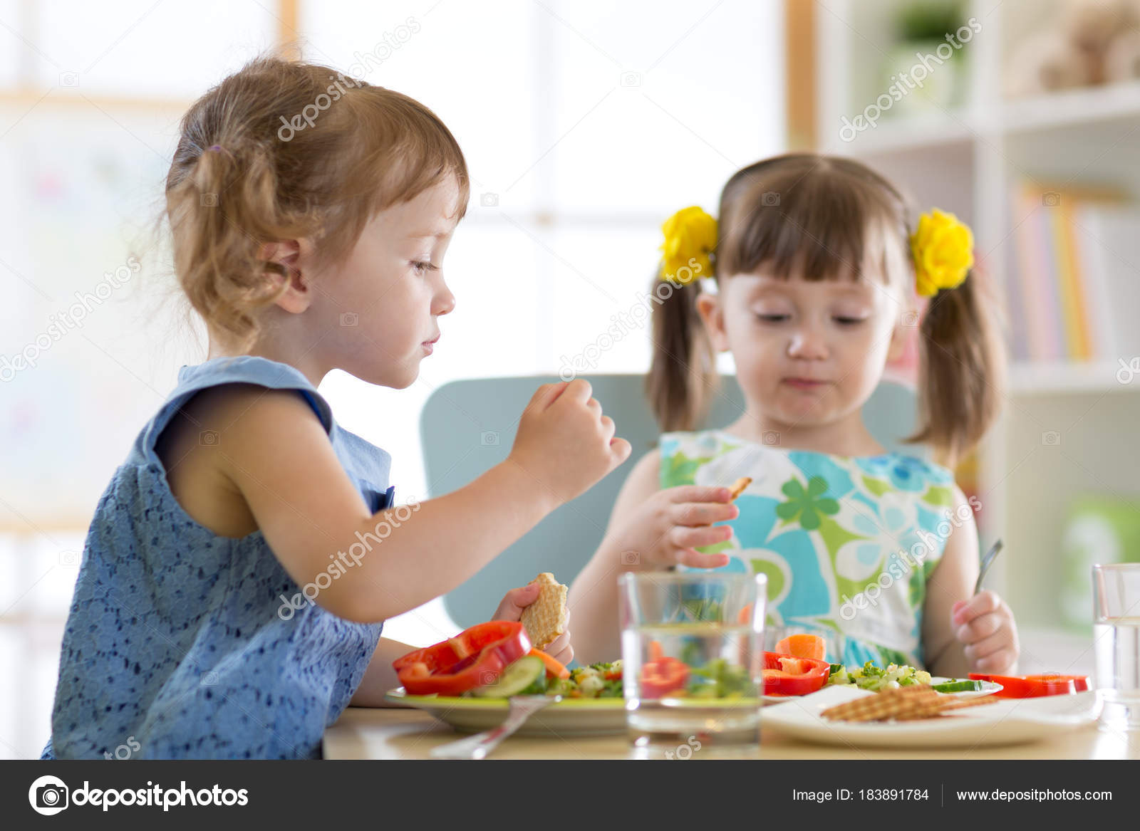 Kinder Essen in der Kita — Stockfoto © oksun70 #183891784