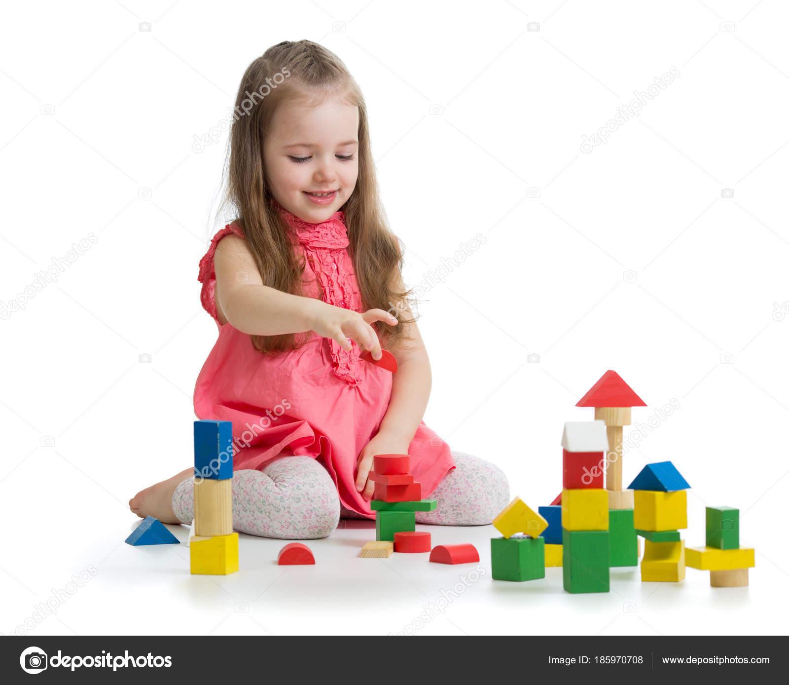 ni o jugando con juguetes de madera del bloque edificio castillo con cubos de ni a juguetes. Black Bedroom Furniture Sets. Home Design Ideas