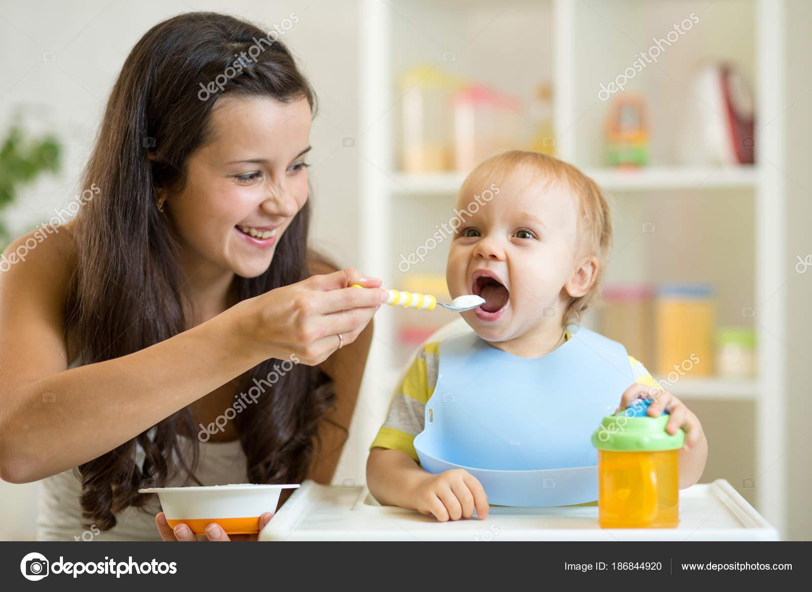 Niño dando flores a su madre — Fotos de Stock #40461915