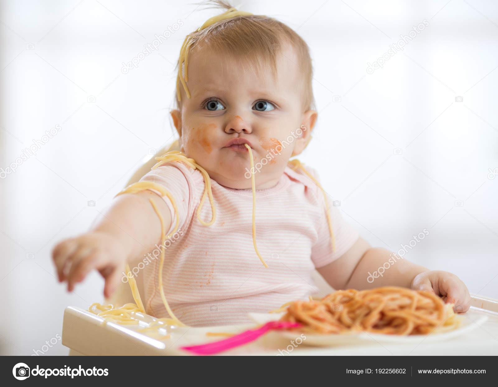 entz ckende kleine baby ein jahr innen pasta zu essen lustige kleinkind kind mit spaghetti. Black Bedroom Furniture Sets. Home Design Ideas
