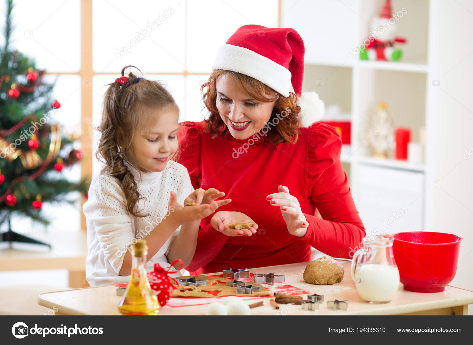 Photo Mom And Daughter Christmas Ideas Mother And Daughter Baking Christmas Cookies At Decorated Tree Mom And Child Bake Xmas Sweets Family With Kids Celebrating Christmas At Home Stock Photo C