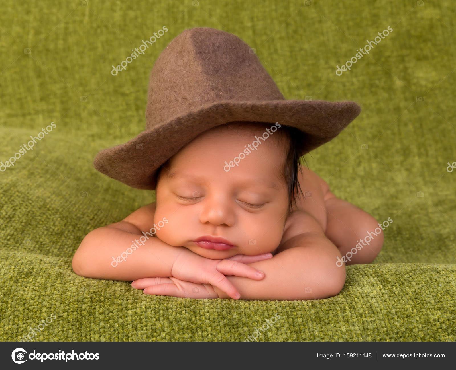 Adorable África recién nacido de 7 días de edad para dormir en una manta  verde - imágenes  bebes tiernos para descargar — Foto de Klanneke — Foto de  ... 587f6dec7aa