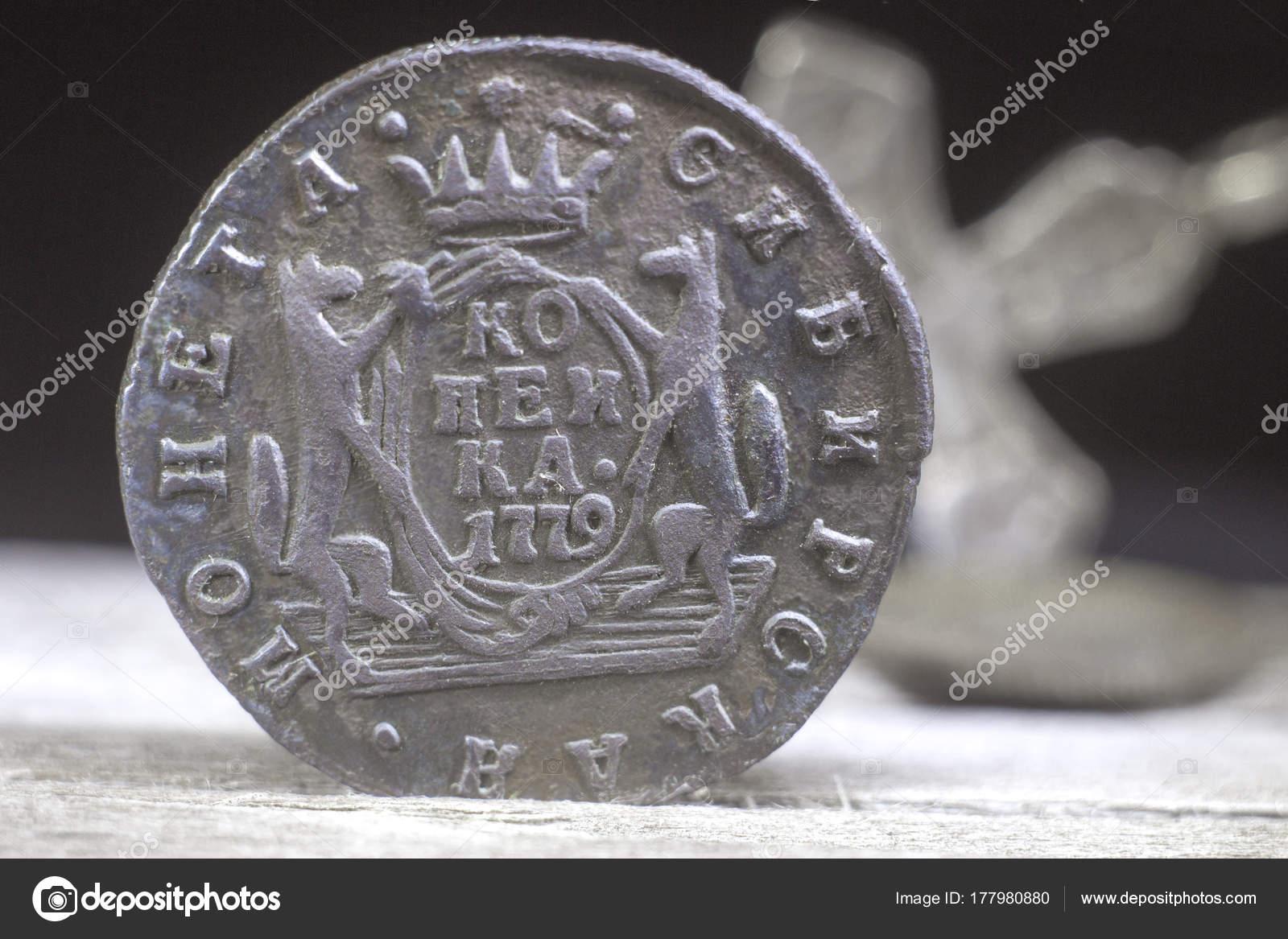 7b1402840 Staré mince Ruské impérium v roce 1779 na rozostřeného pozadí pravoslavné  kříž — Fotografie od ...