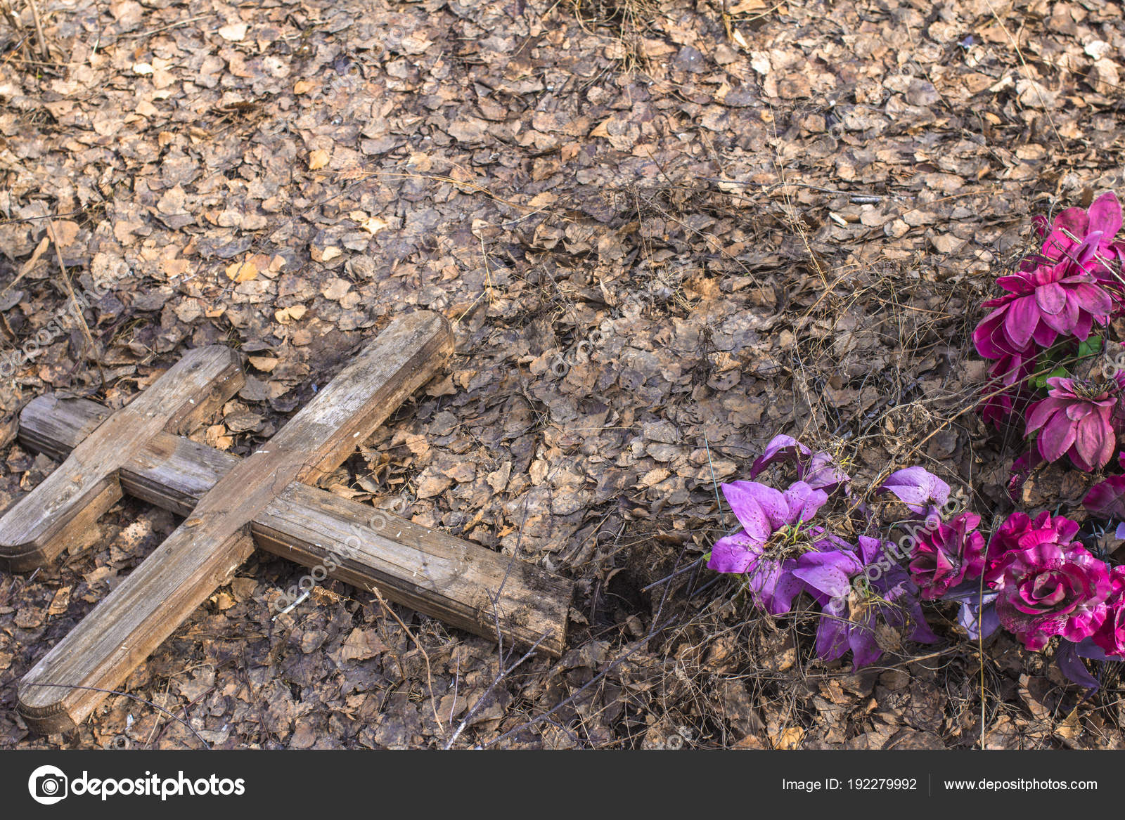 Old destroyed cross over the grave in the ancient cemetery — Stock ...