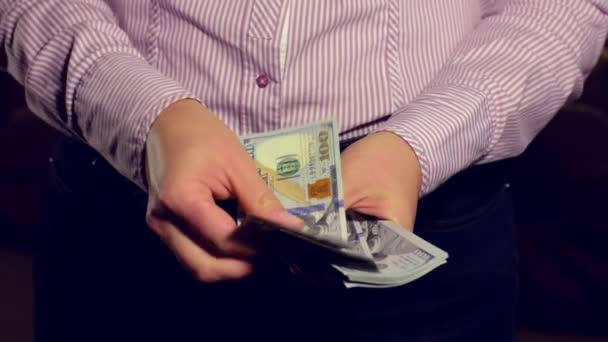 Detailní záběr na ženské ruce počítání dolarové bankovky