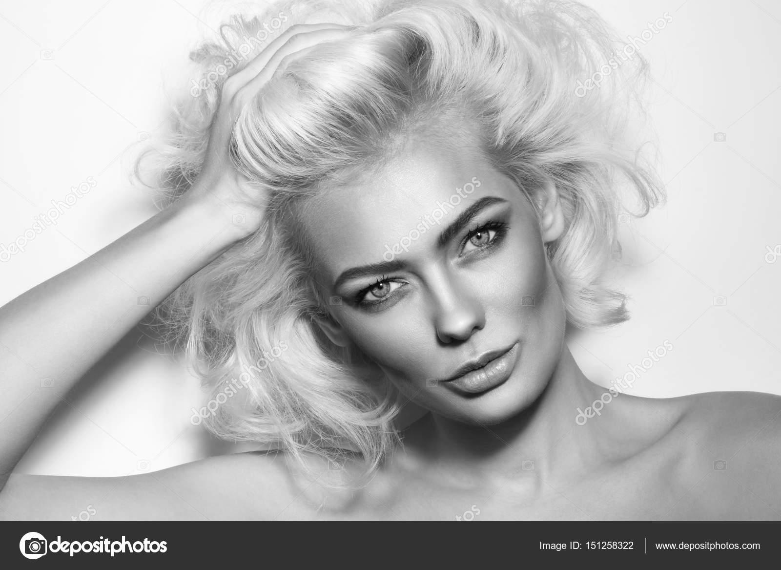 femme avec les cheveux de désordre blond platine — photographie