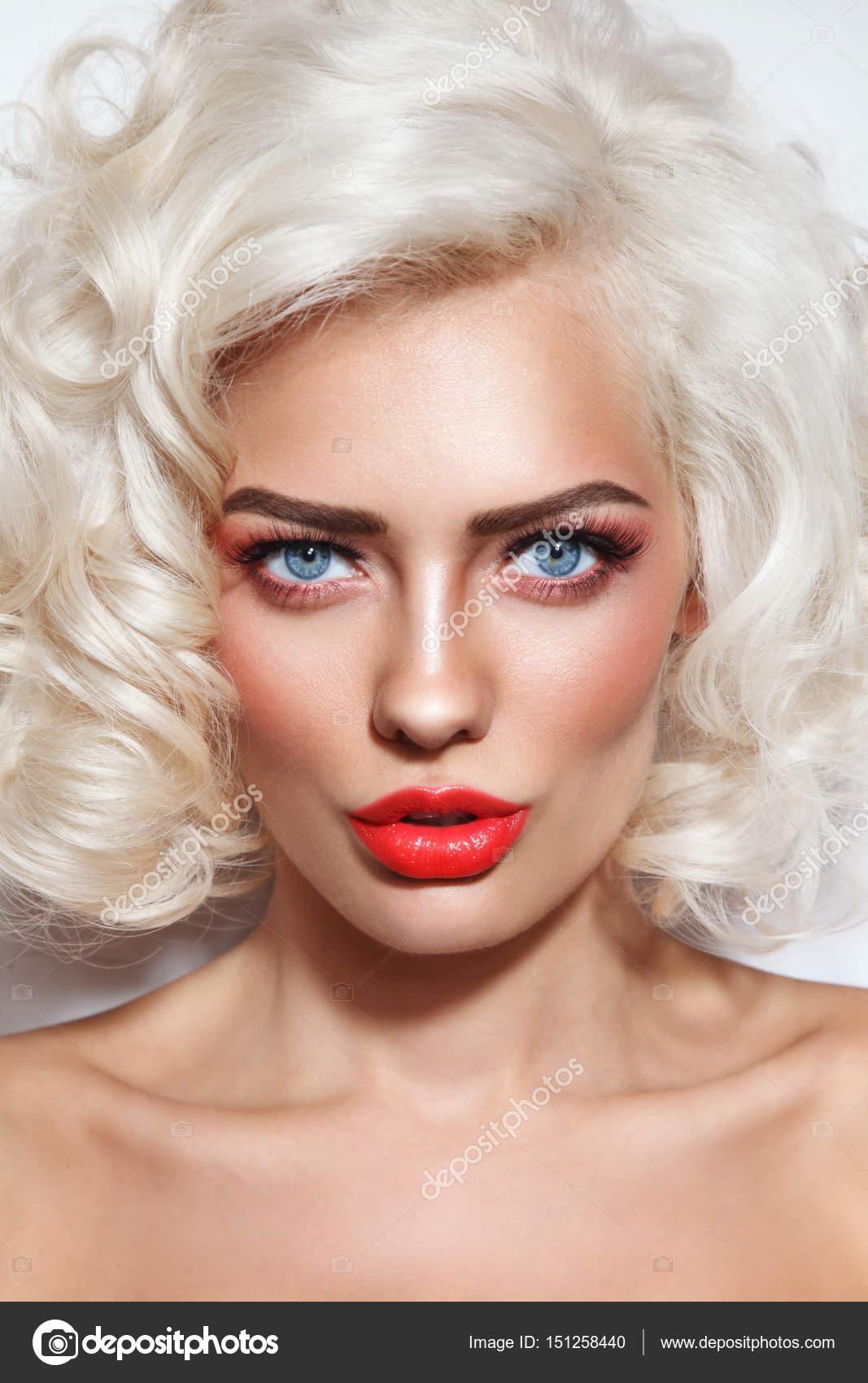 femme avec des cheveux bouclés blond platine — photographie