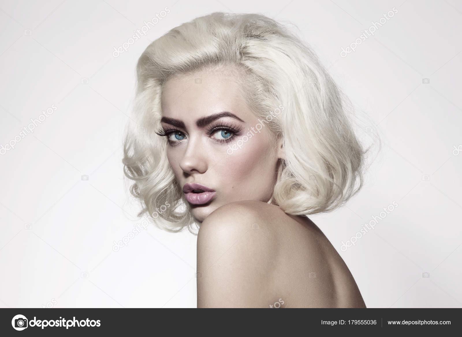 portrait style vintage belle jeune femme avec des cheveux blond