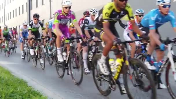 Valencie, Španělsko - 9. února 2020: Cyklista soutěžící ve Vuelta a la Comunitat Valenciana v ulicích Valencie, Španělsko.