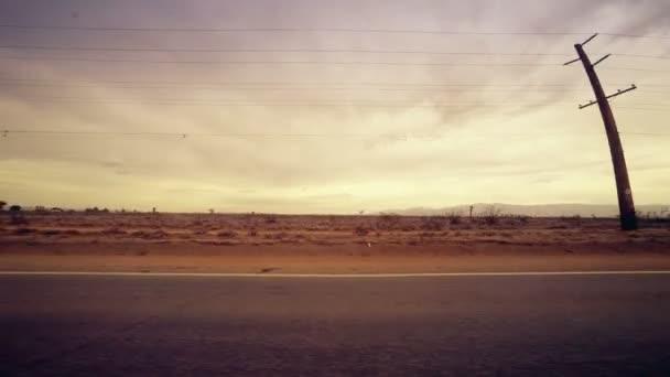 Otevřené poušti z jedoucího auta