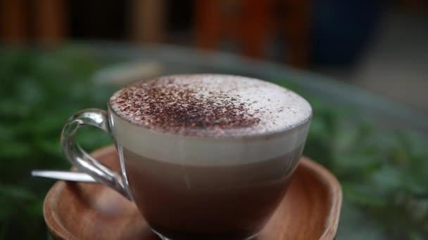 Closeup shot a cappuccino fahéjjal egy kávézóban. Kávészünet