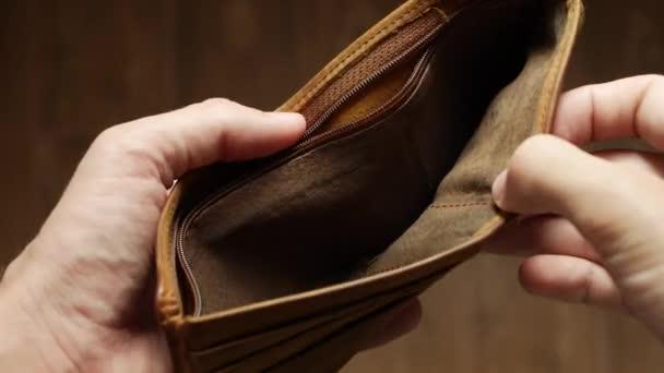 Mann mit Zahlungsrückstand zeigt leere Brieftasche ohne Geld Armutsfinanzierung Unternehmensinsolvenzkonzept. Männlicher Schuldenunternehmer mit leerem Geldbeutel. Finanzkrise der Verschuldung. Kein Geld auf