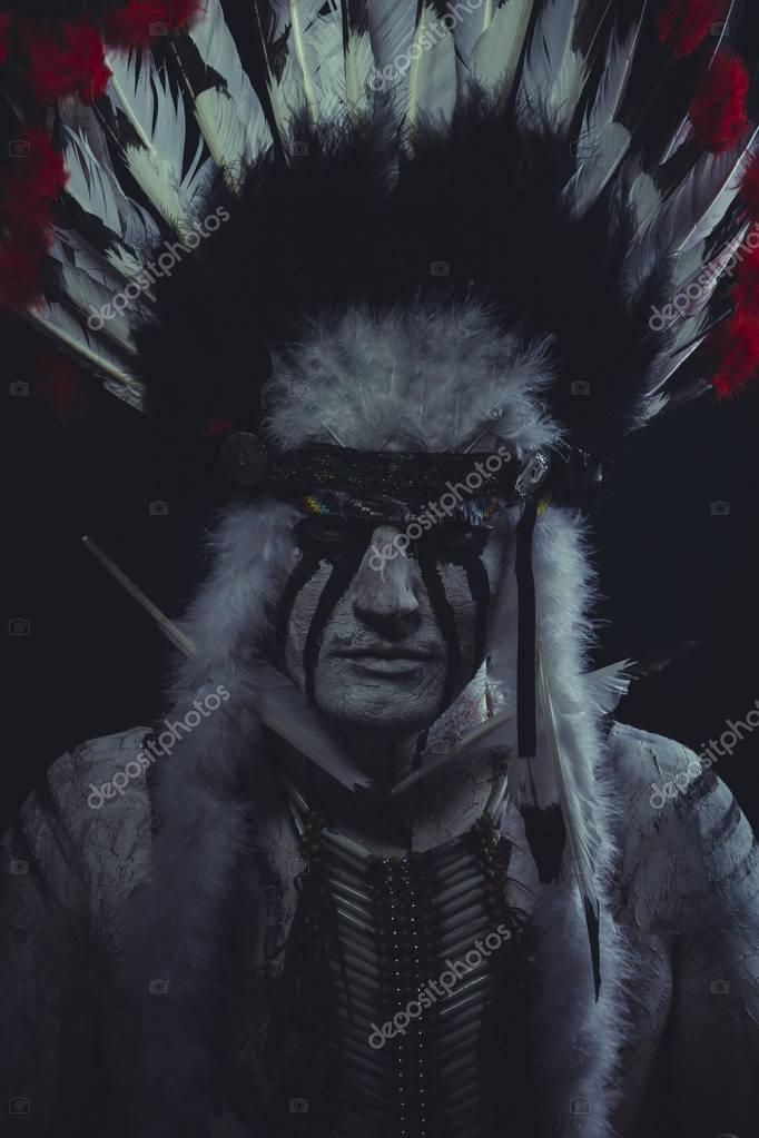 Американських індіанців головний позують пір я головний убір — Фото від  outsiderzone 74813754ce163
